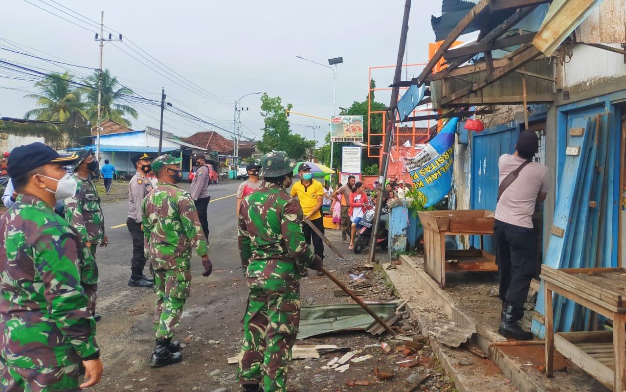 Desa Sraten Diterpa Angin Puting Beliung, TNI Bersama Polri Hadir Peduli Bencana