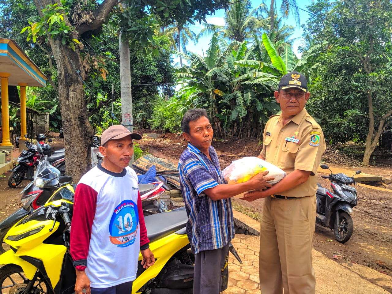 Pemdes Wongsorejo Berikan Sembako Kepada Warganya Yang Terdampak Banjir