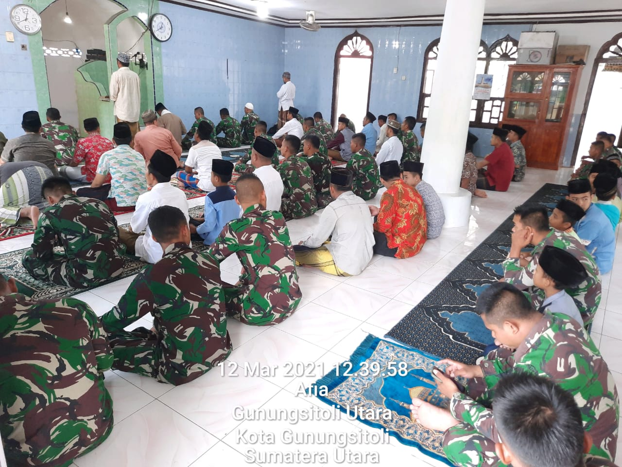 TNI dan Warga Solat Jumat Bersama