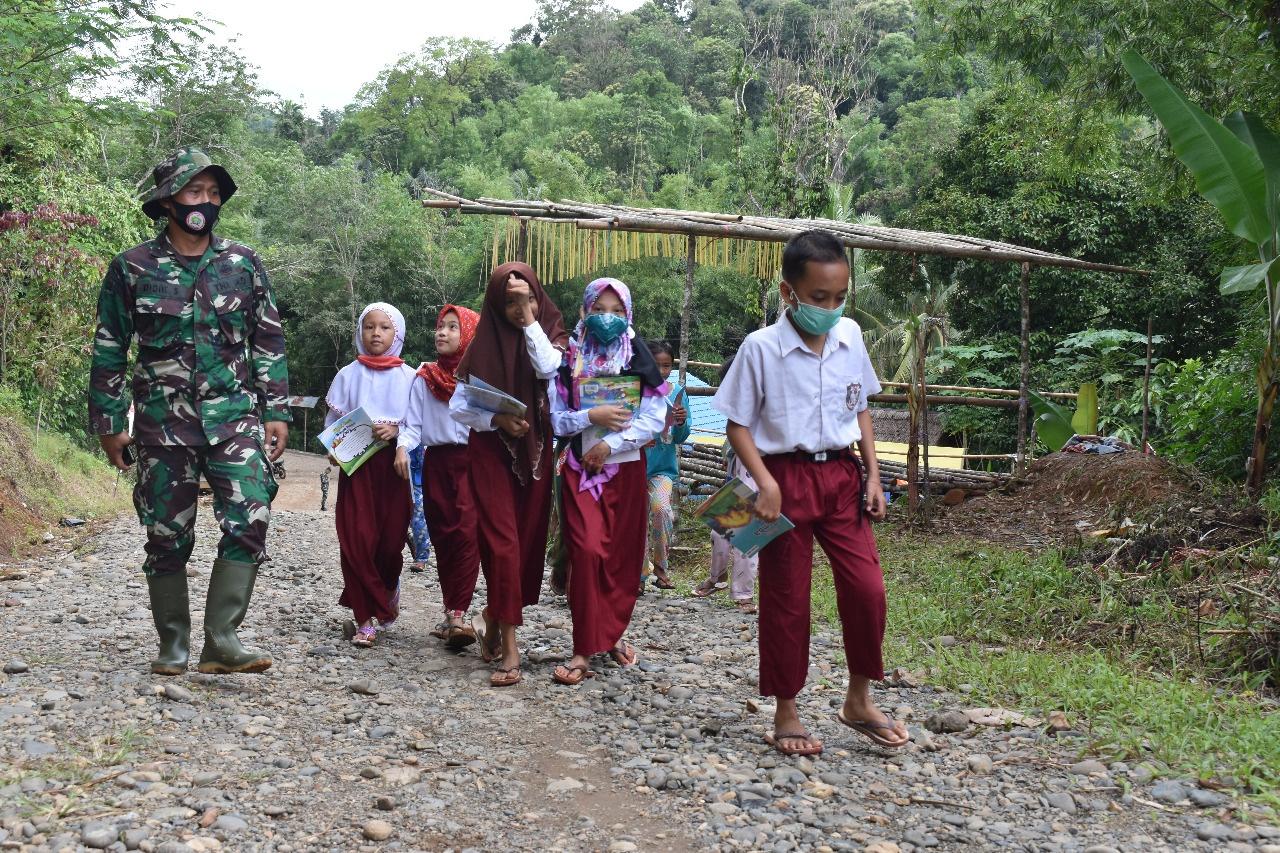 Kelas Lapangan TMMD Sinergitas TNI-Dispersip Di Tengah Pandemi Covid-19 Dalam Mencerdaskan Anak Pariangan