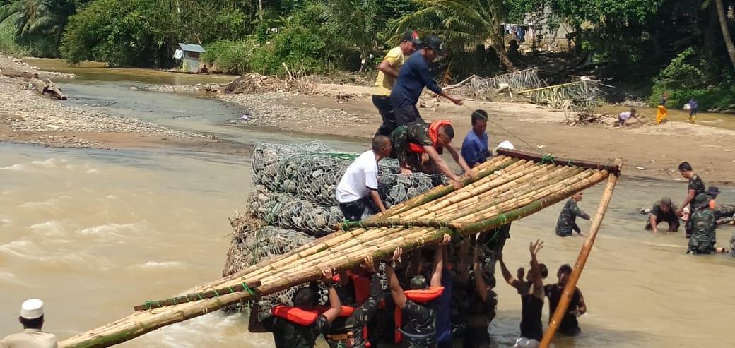 Warga Dibantu TNI Bertahap Pasang Titian Jembatan Darurat