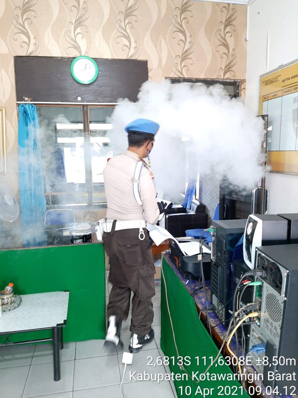 Propam Polres Kobar lakukan Fogging Disinfektan atasi penyebaran Covid di ruang kerja