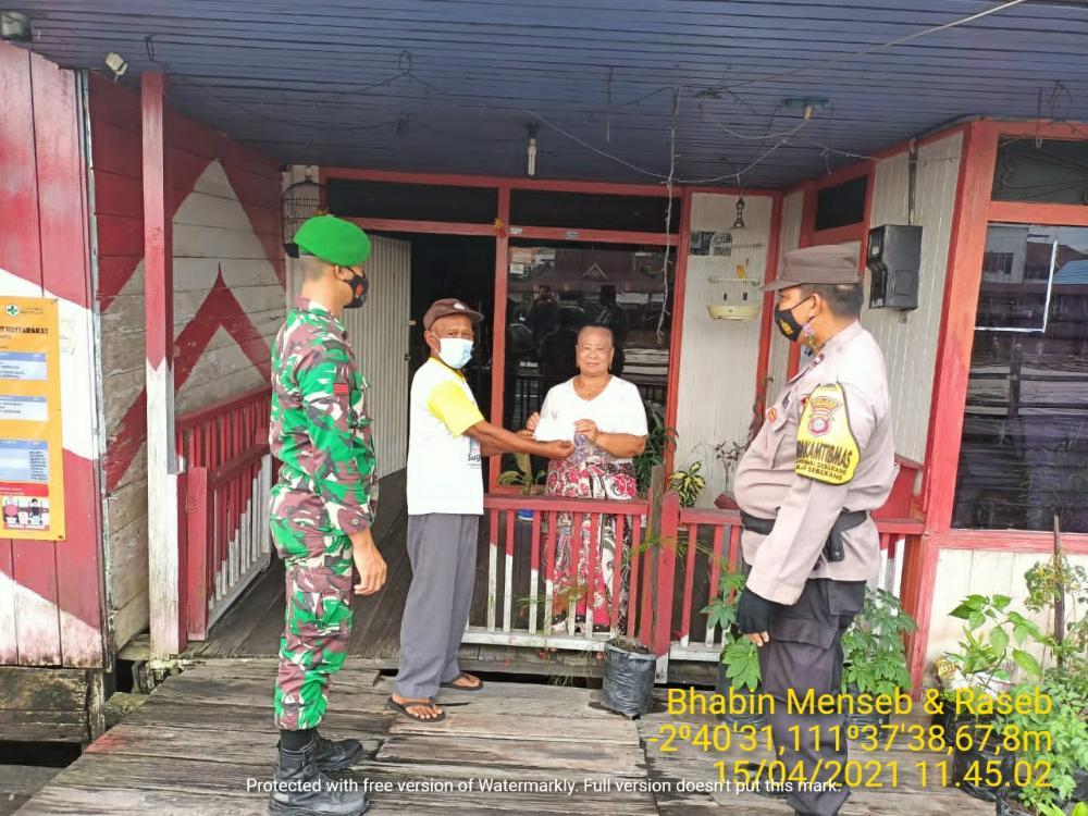Warga Dapat Masker Dari Bhabinkamtibmas Polsek Arsel Bersama TNI