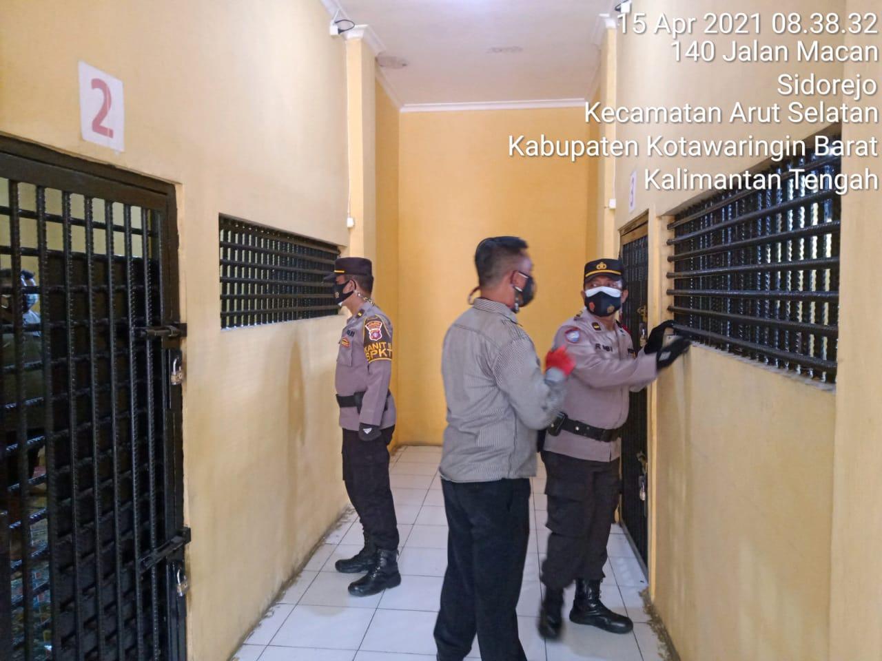 Polisi Kontrol Ruang Tahanan