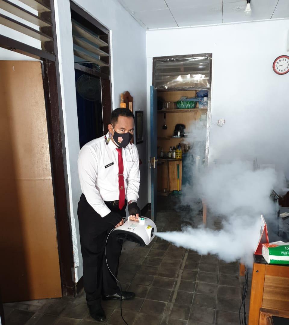 Satreskrim laksanakan Foging Desinfektan Di Setiap Ruangan Kerja