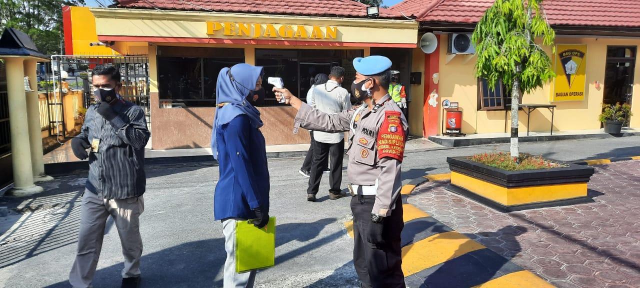 Cek Suhu Langkah Awal Masuk Ke Mako Polres Kobar