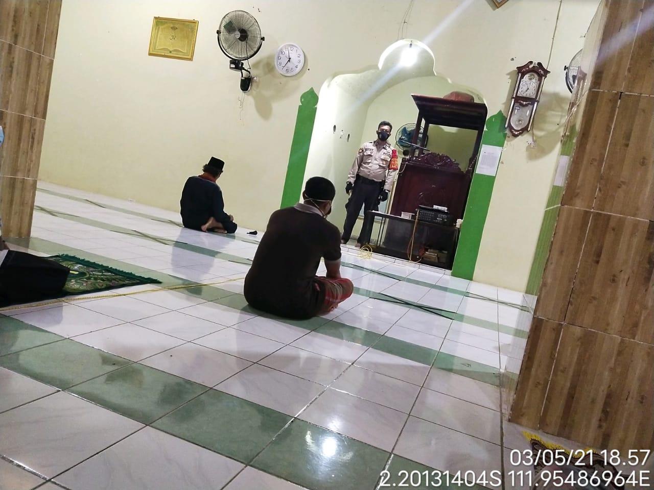 Aipda Luxcy Lakukan Imbauan Saat Akan di Laksanakan Shalat Terawih Di Masjid Miftahul Jannah Kel Pangkut