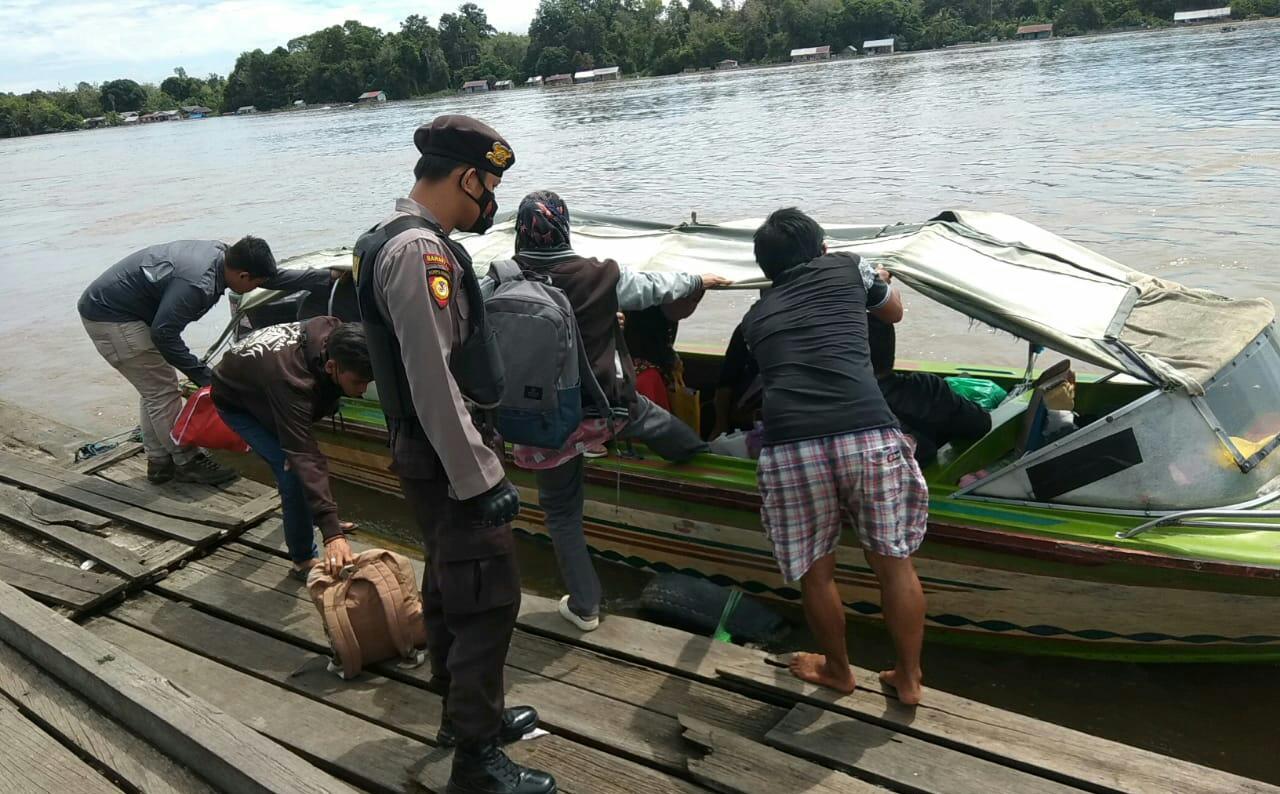 Personel Jaga Pos Patroli Air Gencar Ajak Masyarakat di Sekitar Pelabuhan Pasar Lama Patuhi Prokes