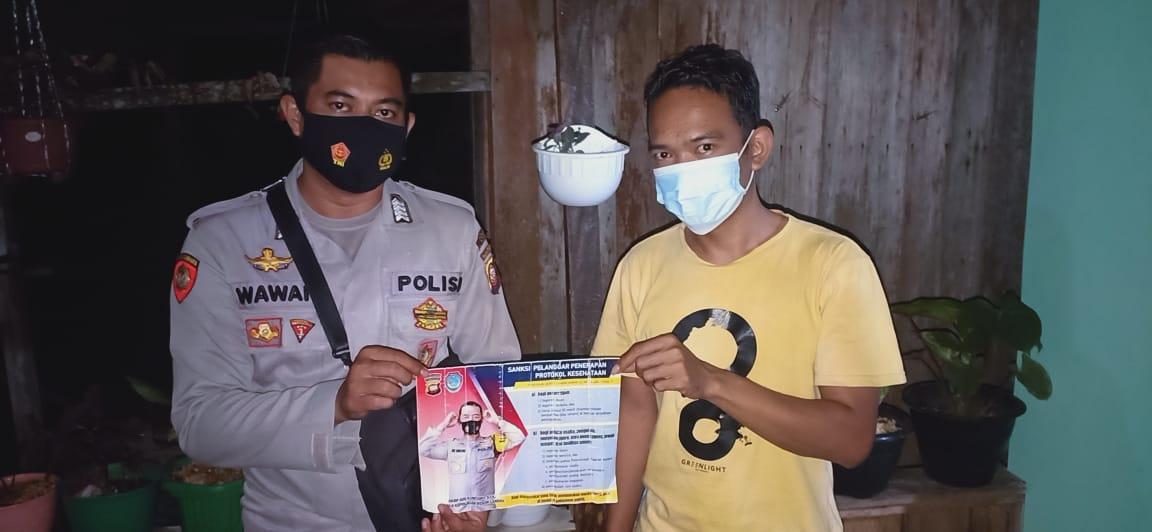 Malam Minggu, Polisi Silahturahmi Di Rumah Warganya Dengan Patuhi Prokes Dan Jaga Kesehatannya