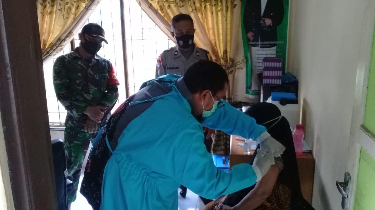Babinsa Barabai Lakukan Penyemprotan Disinfektan Di Desa Binaan
