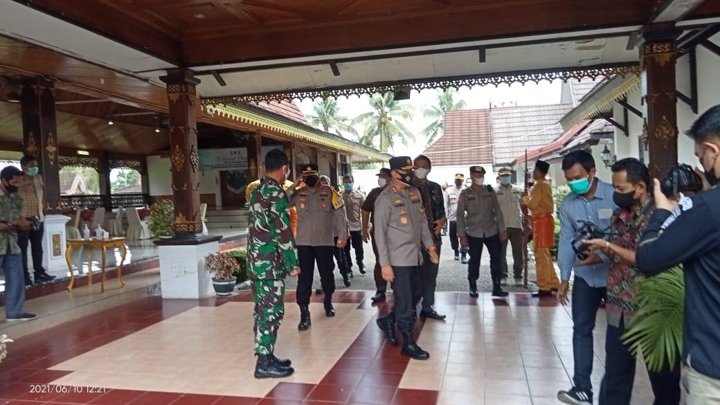 Bupati Batang Hari M.Padhil Arief SE sambut kedatangan Kapolda Jambi