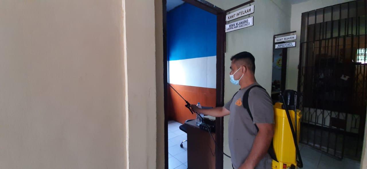 Jumat Berkah, Kembali Lagi Personel Polsek Menjalin Lakukan Penyemprotan Disinfektan Di Mako