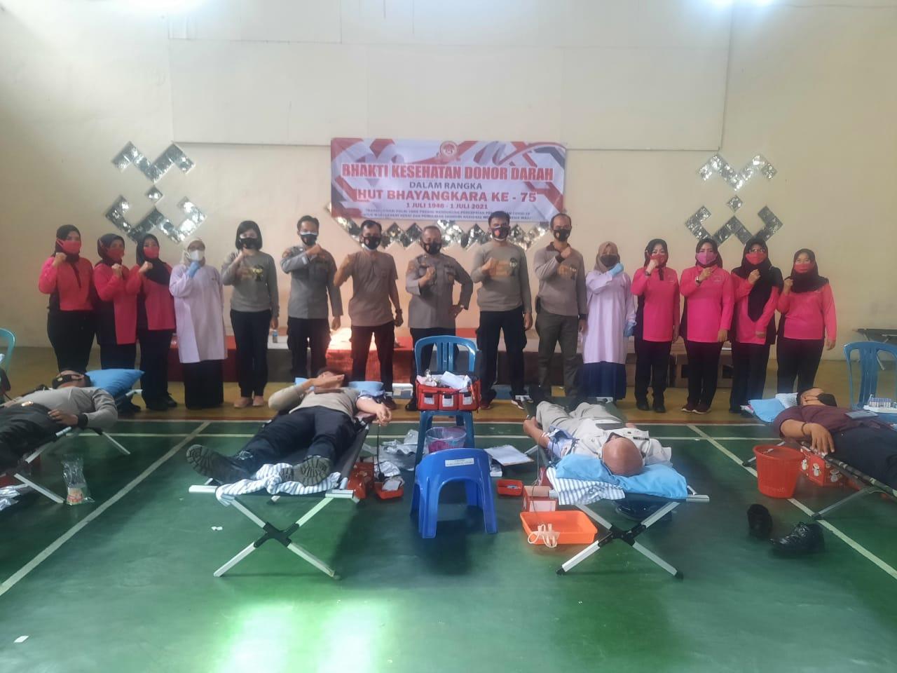 Peringati HUT Bhayangkara Ke-75, Personel dan Bhayangkari Polres Lampung Utara Gelar Donor Darah