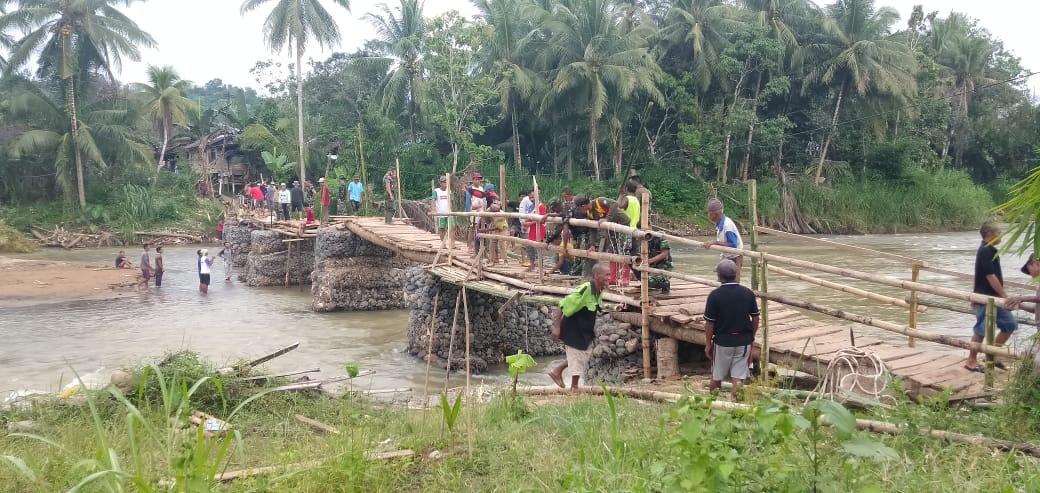 Sempat Terkendala Cuaca Akhirnya Jembatan Darurat Desa Waki-Batu Tunggal Kembali Terhubung