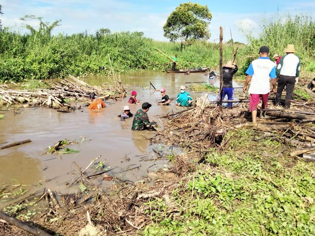Aliran Sungai Tersumbat Sampah, Koramil 1002-08/Labuan Amas Utara Bersama Masyarakat Turun Melakukan Pembersihan
