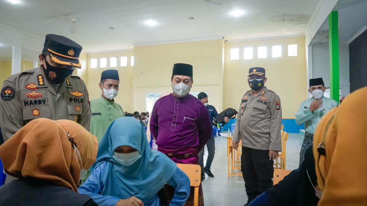 Bupati Lingga Tinjau Dua Tempat Vaksinasi di Dabo Singkep