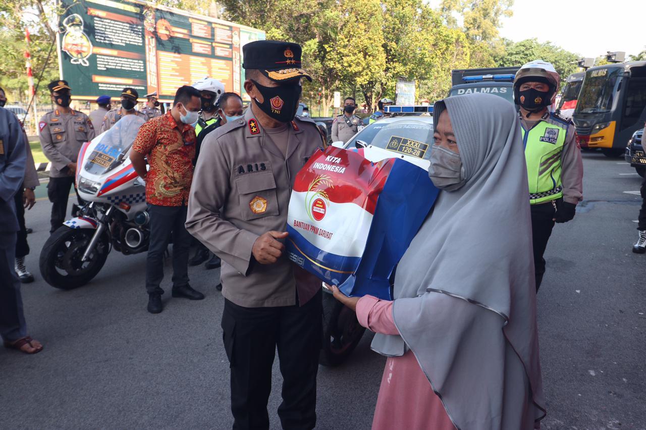 Polda Kepri Salurkan Sembako Kepada Warga Terdampak PPKM Darurat