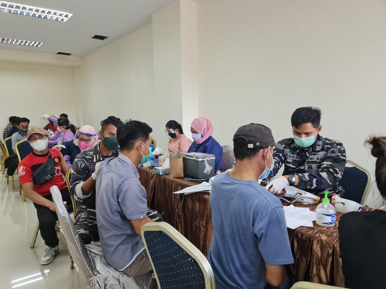 TNI AL Berikan Vaksinasi Covid-19 Untuk Warga Batam
