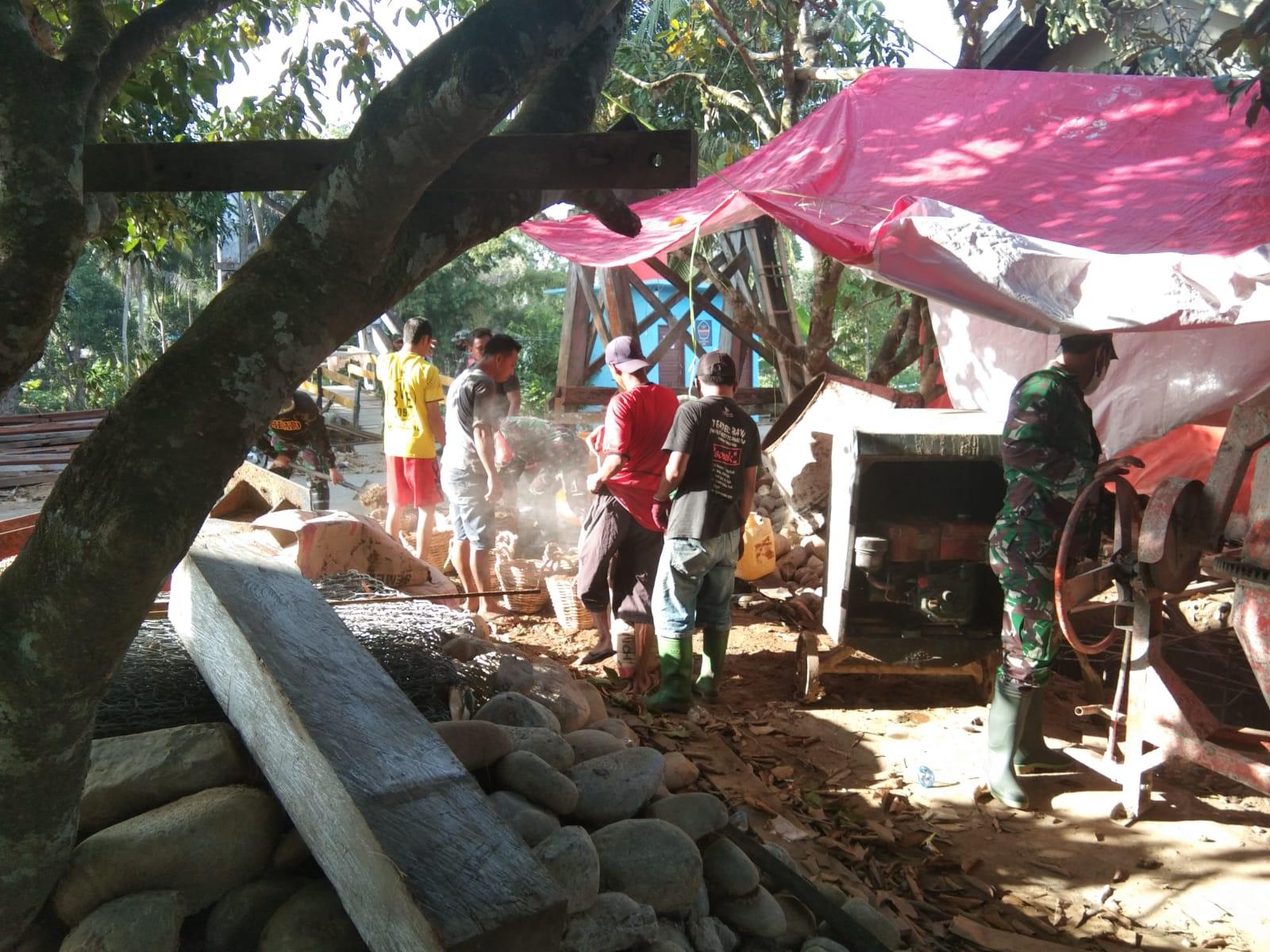 Kodim 1002/HST Bersama Warga Desa Baru Perbaiki Jembatan Rusak Akibat Banjir
