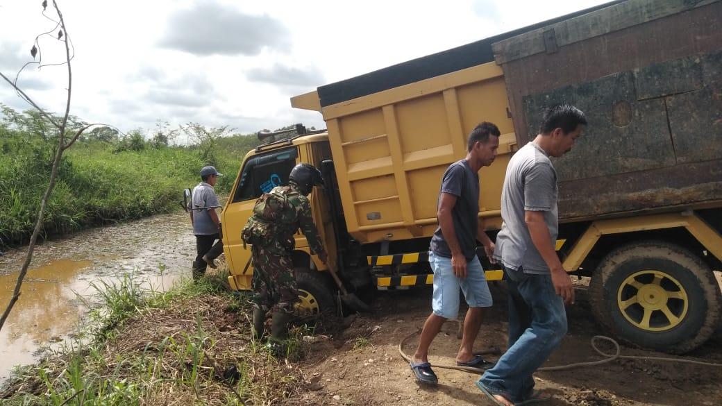 Akibat Tanah Lembek, Satu Unit Dump Truck Masuk Parit