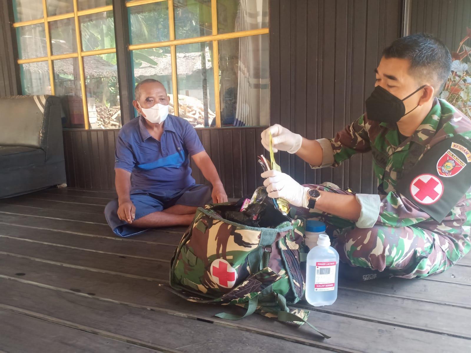 Kesehatan Satgas TMMD Ke-112 Obati Burhanudin Yang Terluka